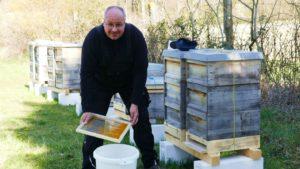 Imker Axel Heinz erntet Pollen